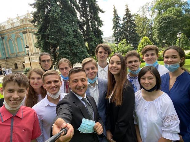 Владимир Зеленский без маски фотографируется со студентами