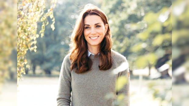 Улыбающаяся Кейт Миддлтон в саду