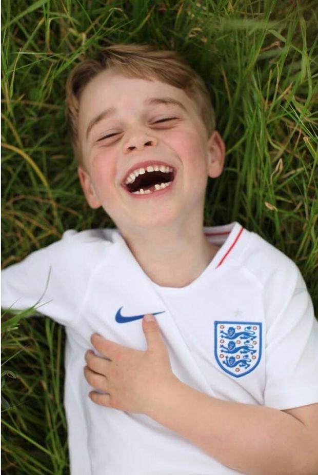 Принц Джордж лежит на траве