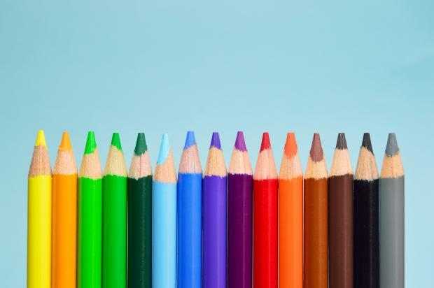 Цветные карандаши на голубом фоне
