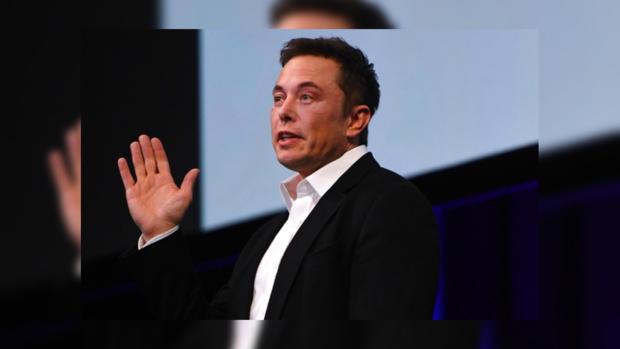 Илон Маск поднял руку вверх