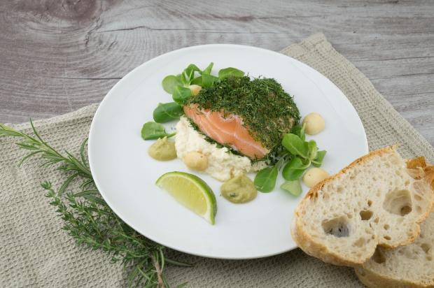 тарелка с рыбой, соусами и зеленью