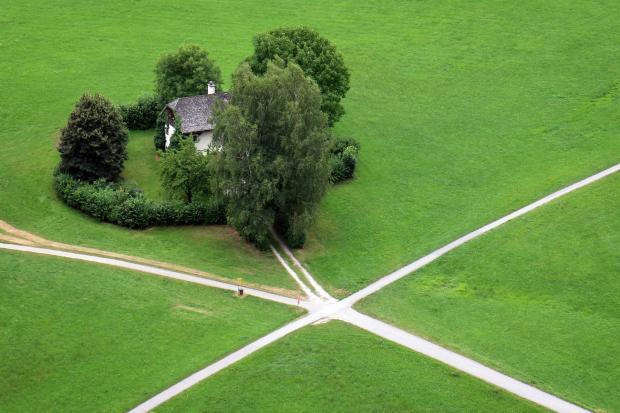 перекресток, дорожка уходящая к одиноко стоящему дому