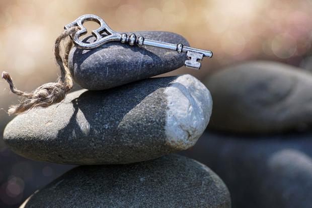 ключ с веревкой лежит на камнях