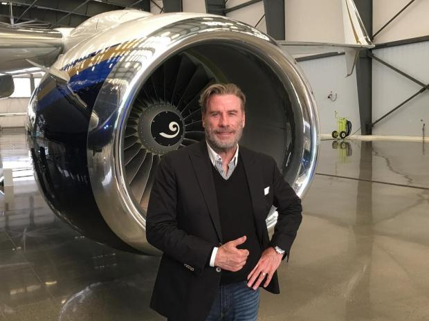 Джон Траволта возле самолета