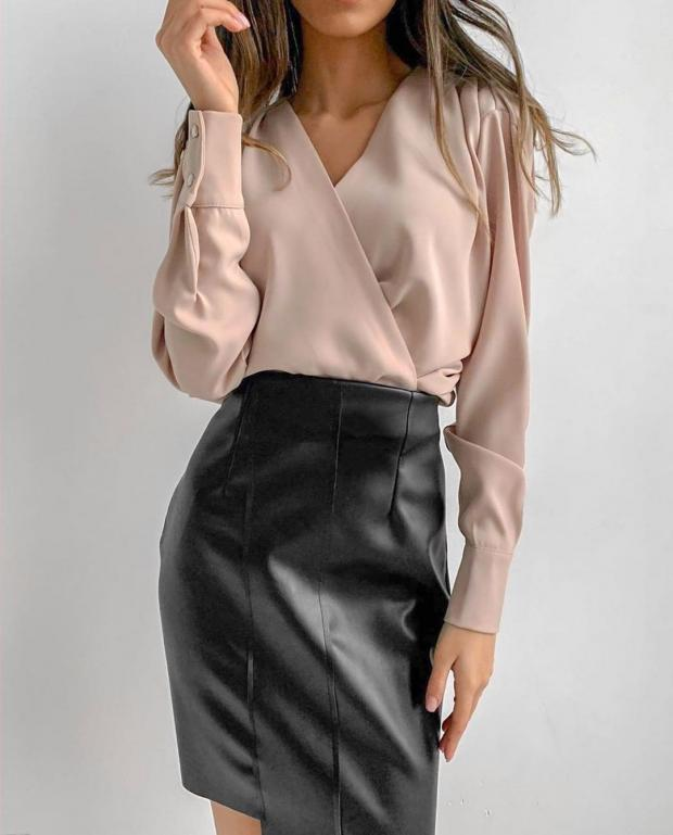 Девушка в светлой блузе и черной короткой юбке