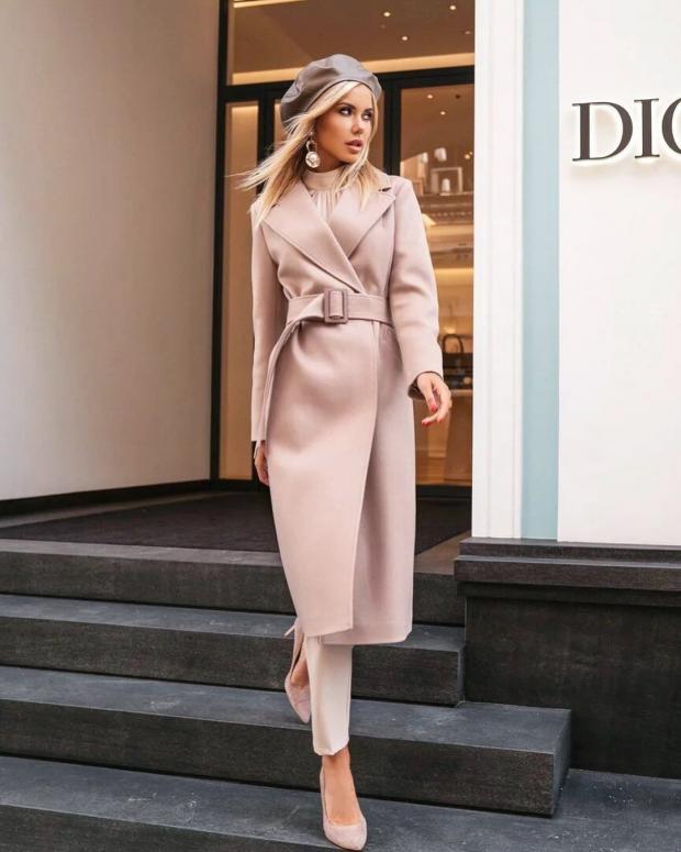девушка в светлом пальто выходит из магазина