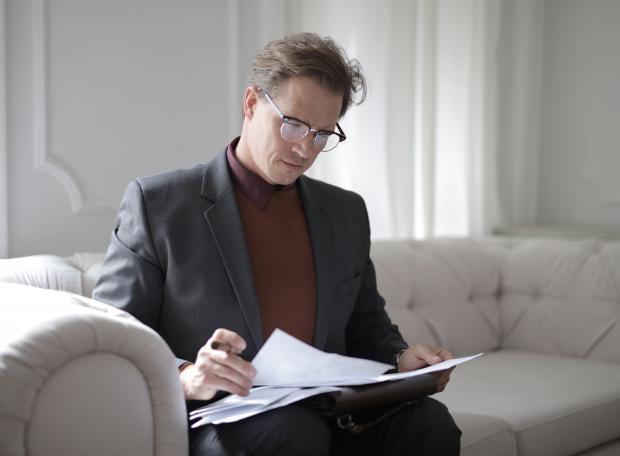 мужчина работает с бумагами