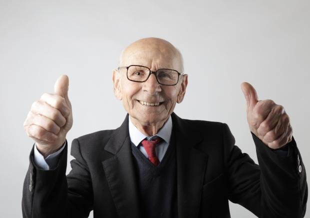 пожилой мужчина в очках