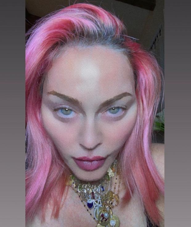 Новое фото Мадонны с розовыми волосами