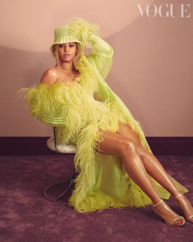 Бейонсе в платье из перьев