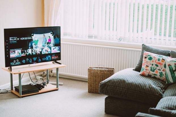 Гостиная с ярким диваном и телевизором