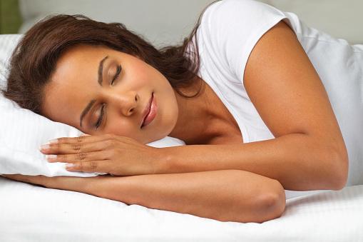 спит красивая девушка в кровати