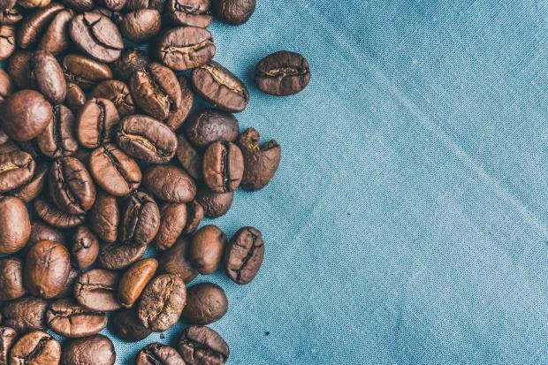 Кофейные зерна на голубом фоне