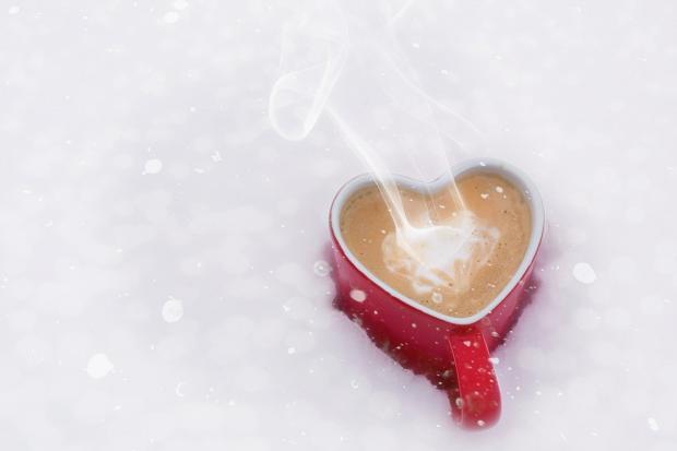 кружка с горячим кофе в снегу
