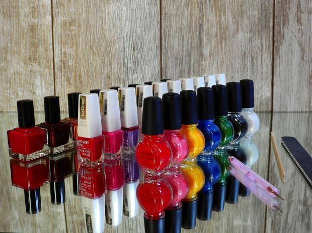 разноцветные лаки для ногтей