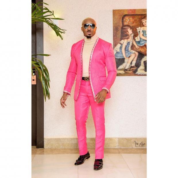 Красавчик Майк в ярком розовом костюме