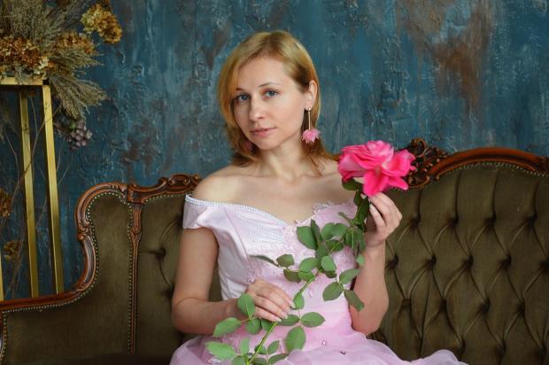 девушка в бальном платье и розой в руках