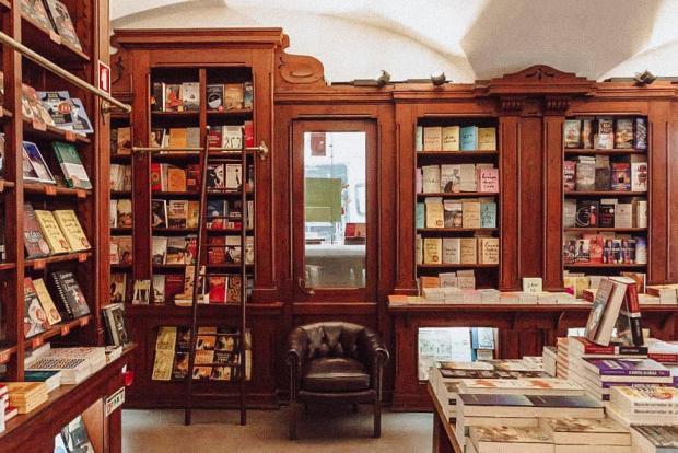 Книжные полки в самом старом магазине в мире