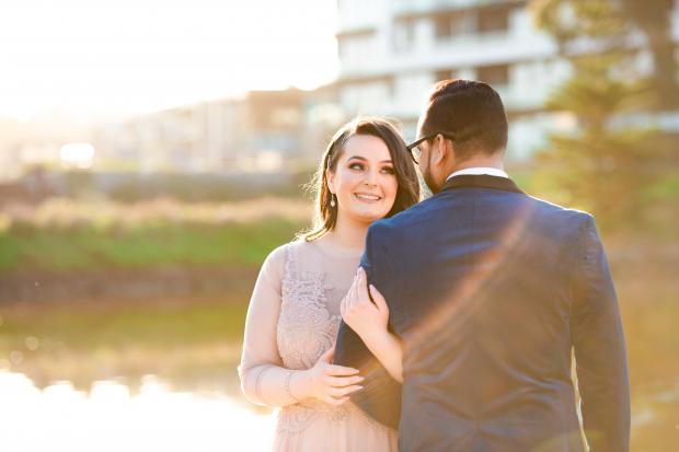 Девушка в светлом платье держит мужчину за руку