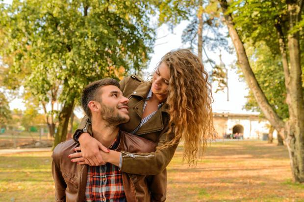 Влюбленная пара в парке