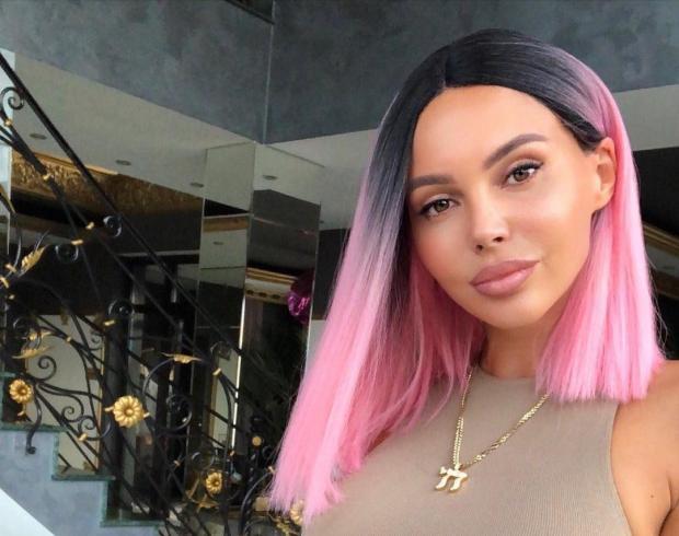 Оксана Самойлова с розовыми волосами