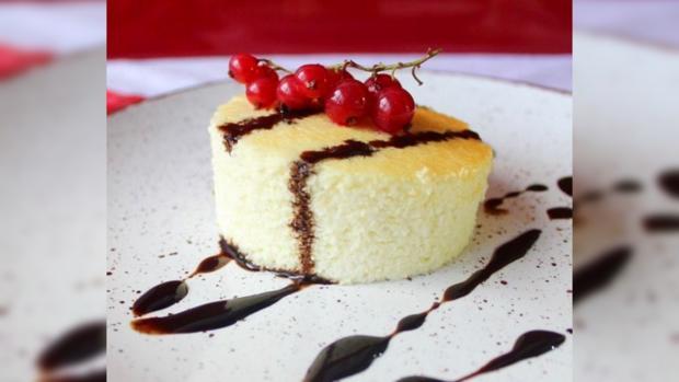 Творожное суфле со свежими ягодами красной смородины