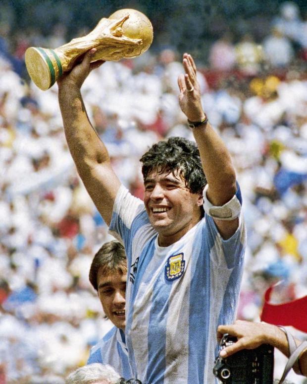 Молодой Диего Марадона держит кубок