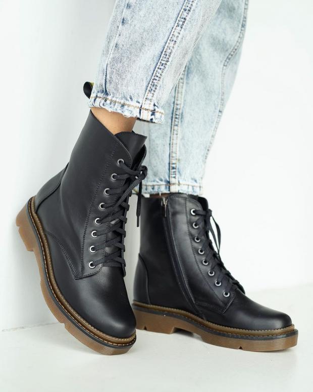 Грубые ботинки на женских ногах