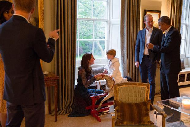 Кейт Мидллтон общается с Принцем Джорджем