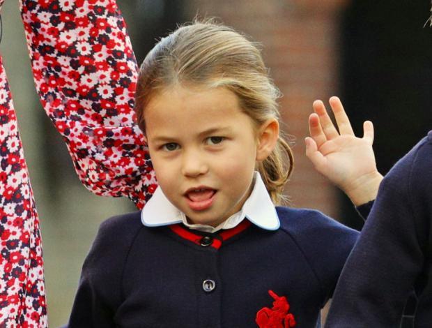Принцесса Шарлотта машет папарацци по пути в первый класс
