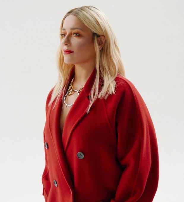 Наталья Могилевская в красном пальто