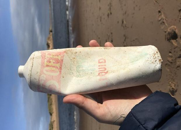 Пластиковая бутылка, пролежавшая почти 50 лет в песке