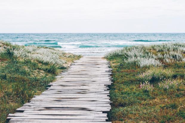 Деревянная дорожка, ведущая к пляжу