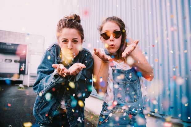 две девушки радуются