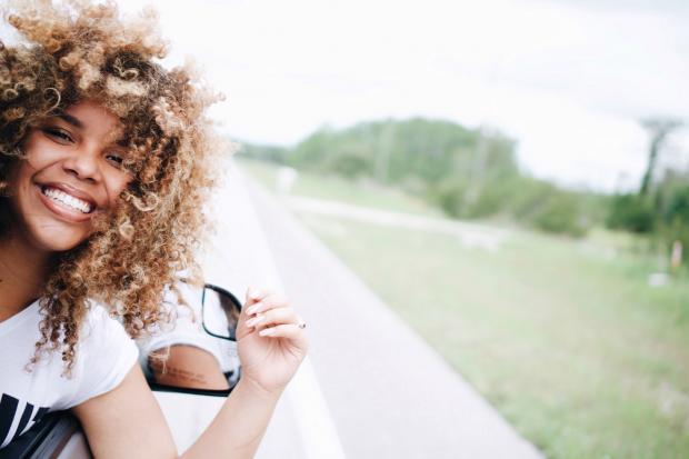 девушка выглядывает в окно автомобиля