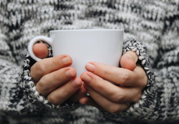 чашка кофе в руках