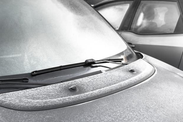 замерзшее лобовое стекло автомобиля