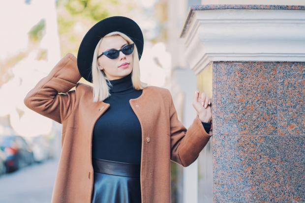 стильная женщина в пальто, шляпе и очках