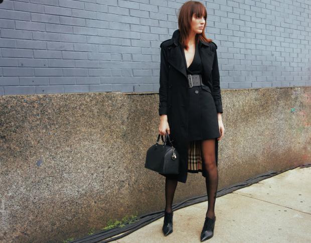 девушка в пальто и с сумкой