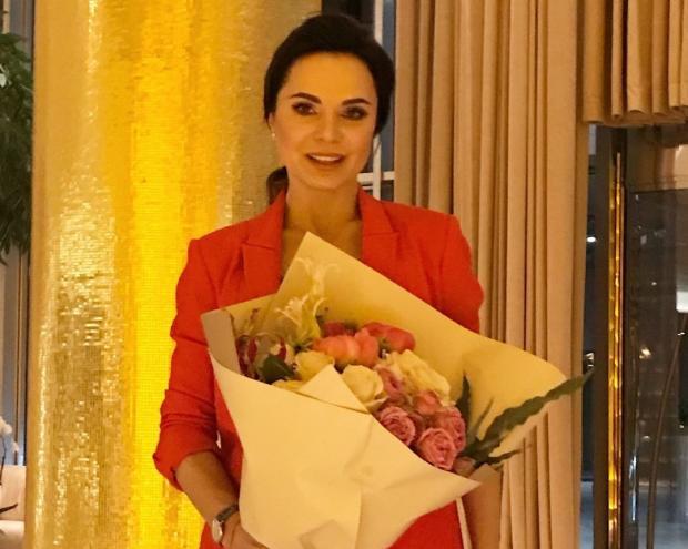 Лилия Подкопаева с букетом цветов