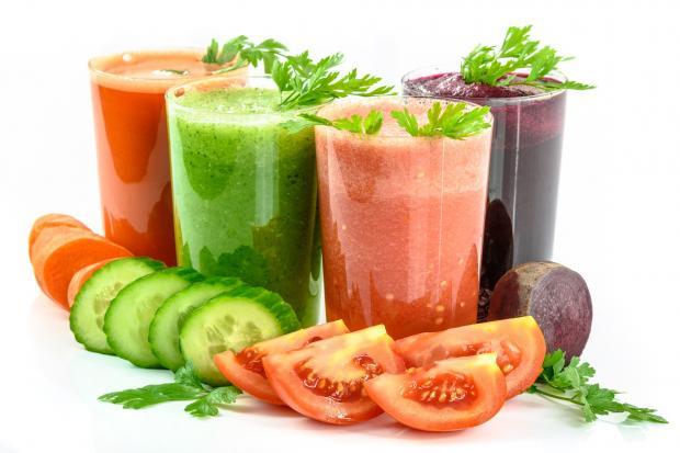 четыре стакана с овощными соками