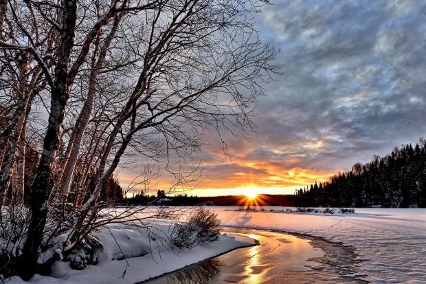 зимний пейзаж у полузамерзшей речки