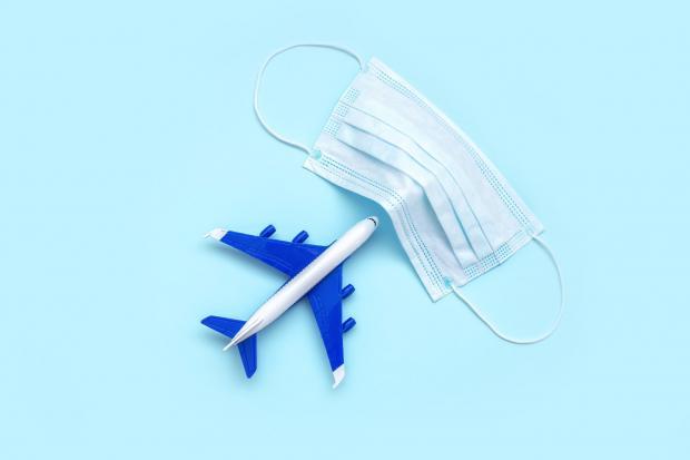 игрушечный самолет и маска для лица