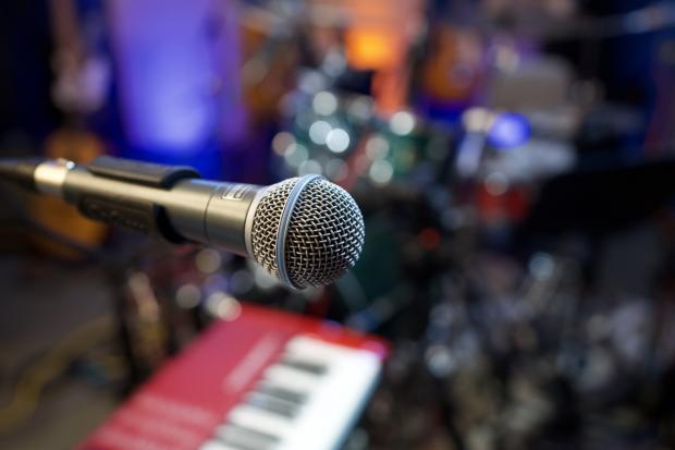 микрофон и синтезатор
