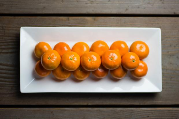 мандарины в прямоугольной тарелке