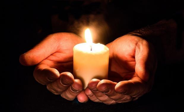 горящая в ладонях свеча
