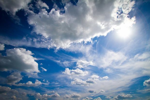 белые облака в синем небе