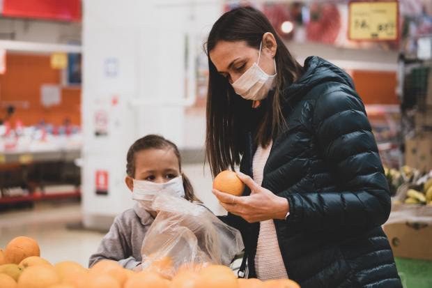 покупатели в масках в магазине