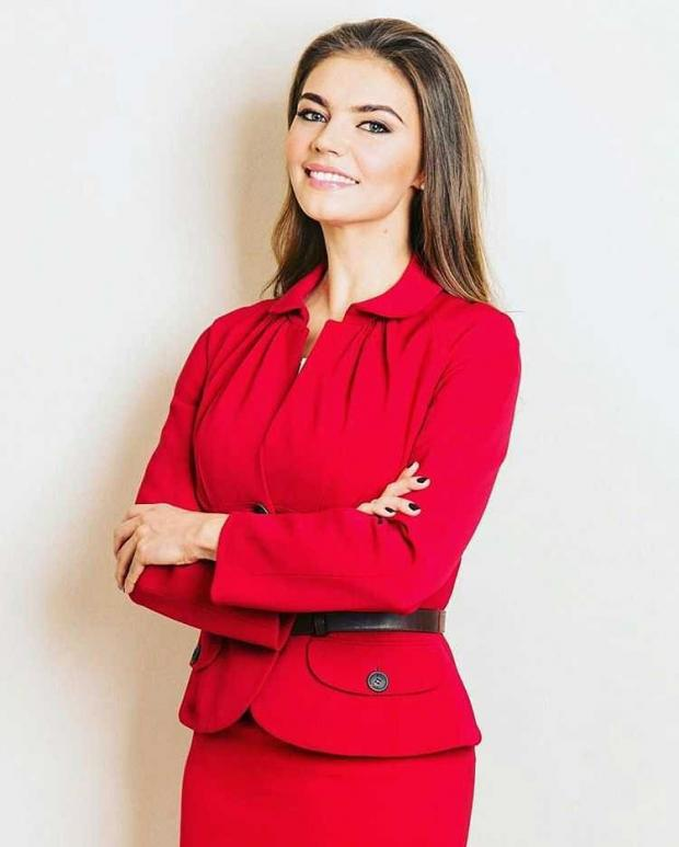 Алина Кабаева в красном костюме